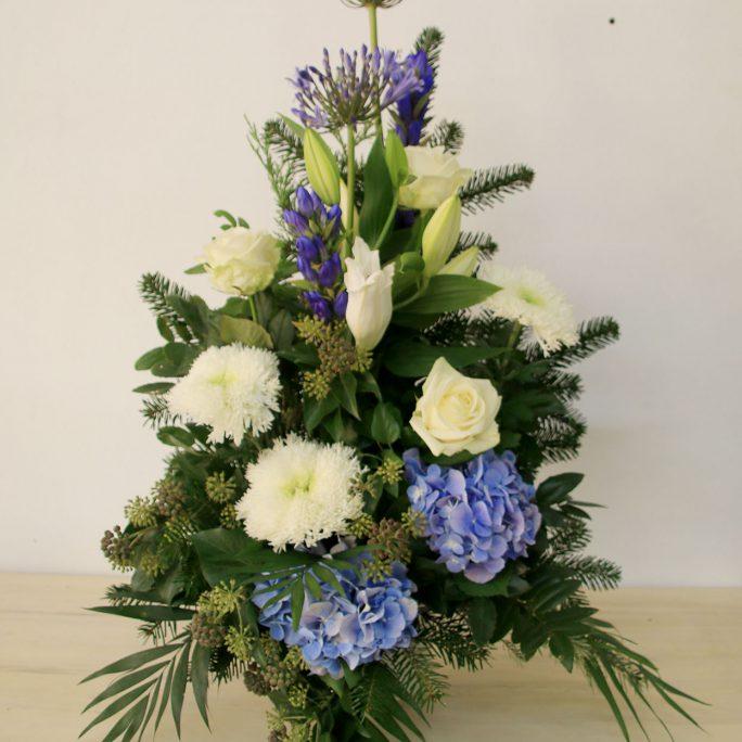 Blumengesteck in weiß-blau