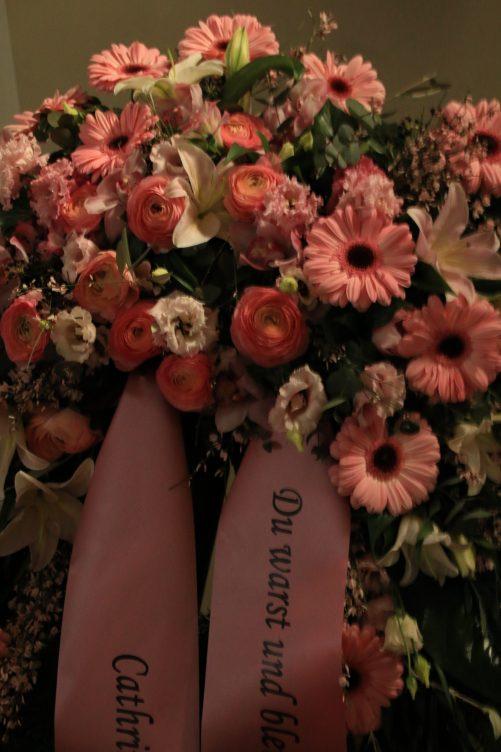 Detailaufnahme Trauerkranz in rosa