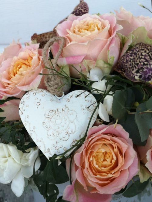 Rosen und Orchideen mit herz