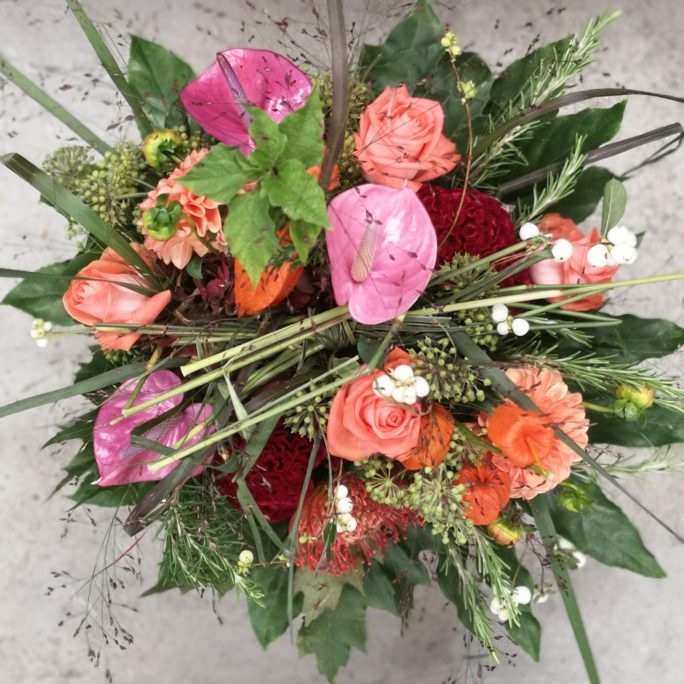 farbenfroher Strauß mit saisonalen Blüten und etwas Exotik