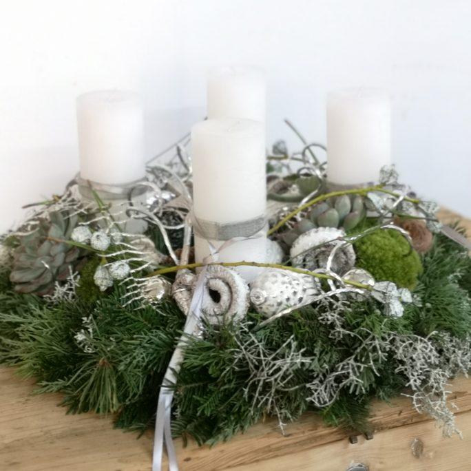 Adventkranz weiß&grau mit Eukalyptus